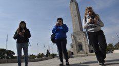 concentradas. En busca de atrapar pokémones en la tradicional escalinata del Monumento a la Bandera.