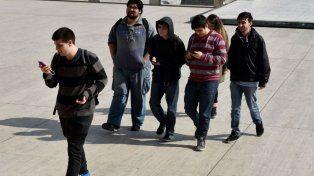 En Mendoza como en Rosario son cada vez más los que caminan mirando el celular.