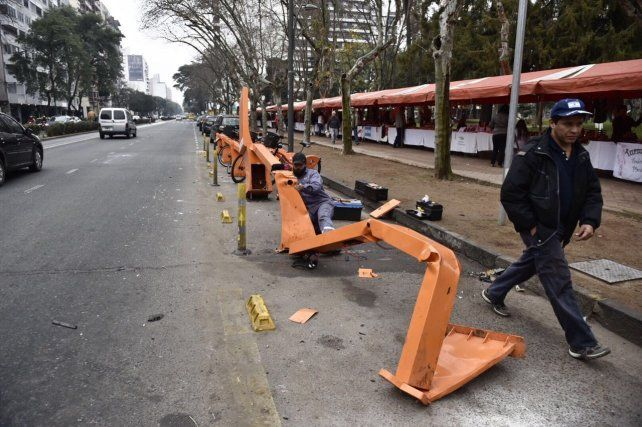 Varios operarios municipales trabajaban en plaza Pringles para reparar la dársena de bicicletas.