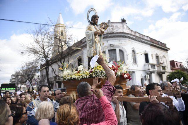 Plegaria. Cada año miles de fieles agradecen su trabajo o piden por empleo a San Cayetano.