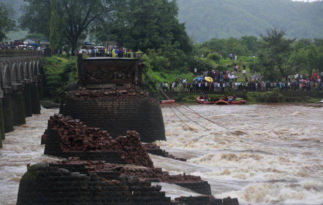 Antiguo. El puente fue arrasado por las lluvias y la fuerza del río Savitri.
