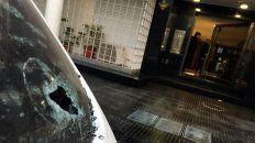 Un auto con la luneta perforada y marcas en la vereda, en donde cayeron restos de proyectiles.