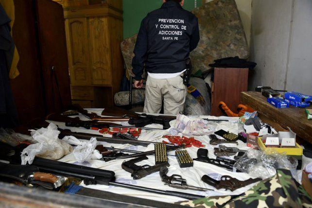 Todas las armas secuestradas por los efectivos antinarcóticos en tres viviendas de la zona suroeste.