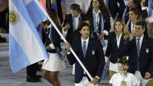 Al frente. El basquetbolista Luis Scola fue el abanderado argentino y encabezó el paso de la delegación nacional durante el desfile.