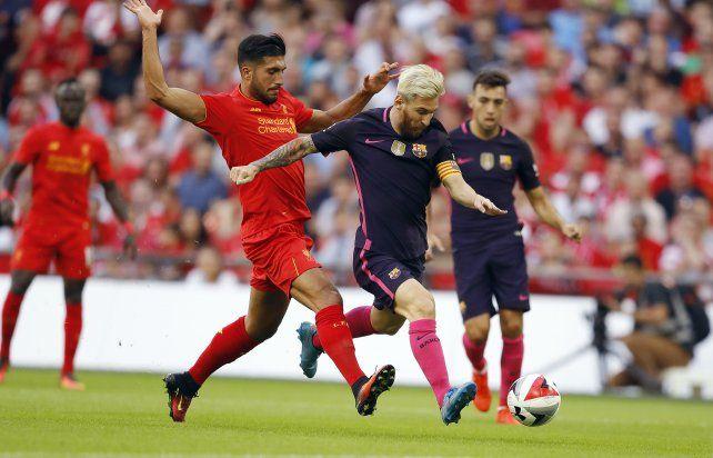 Emre Can trata de frenar la marcha de Lionel Messi.