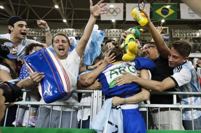 Pareto festeja junto a sus allegados tras lograr la medalla de oro.