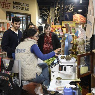 Un ícono. El Mercado Popular que funciona en el Centro Cultural La Toma es un espacio pionero. Productores de toda la provincia comercializan allí sus productos.