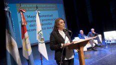 Lo que viene. La intendenta disertó esta semana junto a catedráticos en el teatro La Comedia.