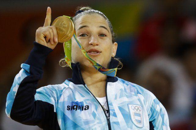 Mía. Paula Pareto muestra con orgullo la medalla dorada conseguida en el primer día oficial de competencias. Una gran emoción.