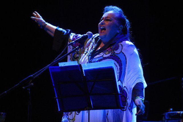 A viva voz. María Creuza propuso un brindis imaginario con la gente en la función del sábado en el teatro Broadway.