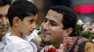 regreso. Shahram Amiri abraza a su hijo al retornar a Teherán en 2010.
