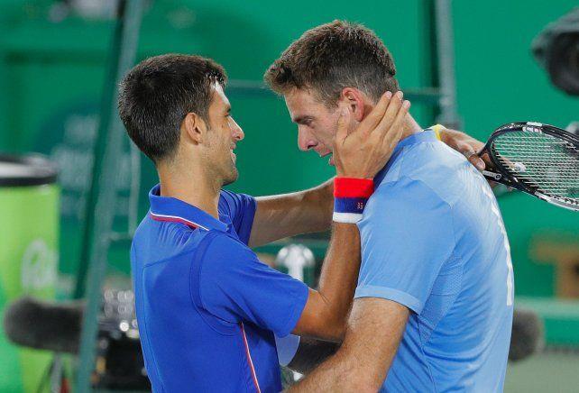 El serbio felicita a La Torre de Tandil tras el partido.