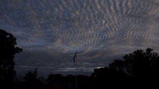 La jornada del lunes arrancó con cielo nublado y bajas probabilidades de lloviznas
