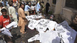 Masacre. Cuerpos y manchas de sangre frente al hospital atacado en Quetta