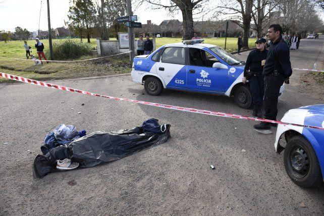 Sin vida. El cuerpo del motociclista quedó en la intersección de la avenida Jorge Newbery y calle Los Alerces. No llevaba casco.