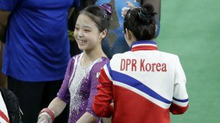La surcoreana Lee Eun-Ju y la norcoreana Hong Un Jong conversan antes de la competencia.