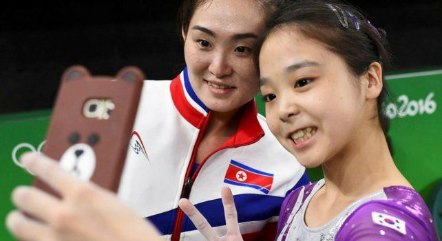 La selfie entre la surcoreana Lee Eun-Ju y la norcoreana Hong Un Jong se hizo viral.