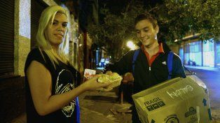 Un grupo de jóvenes se encarga de repartir comida a prostitutas y trans en la plaza Libertad.
