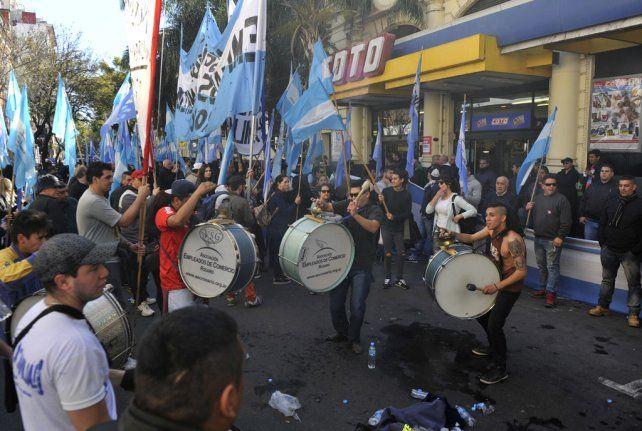 Reclamo. El gremio mercantil se manifestó ayer ante una de las sedes que la firma tiene en Rosario.