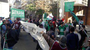 Protesta. Los trabajadores se manifestaron en San Lorenzo y Mitre.