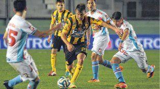 Polifuncional. Juan Sills puede desempeñarse como defensor o volante. Osella lo dirigió en el equipo bahiense.