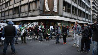 El paro se inició ayer con toma del edificio y corte de calle frente a la sede de Mitre y San Lorenzo.