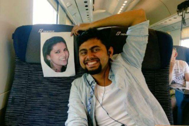 El recién casado publicó una imagen en el avión junto a la foto de su esposa.