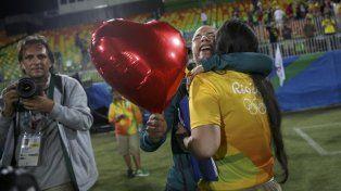 Una voluntaria y una jugadora de rugby sellaron su conmovedora historia de amor en Río