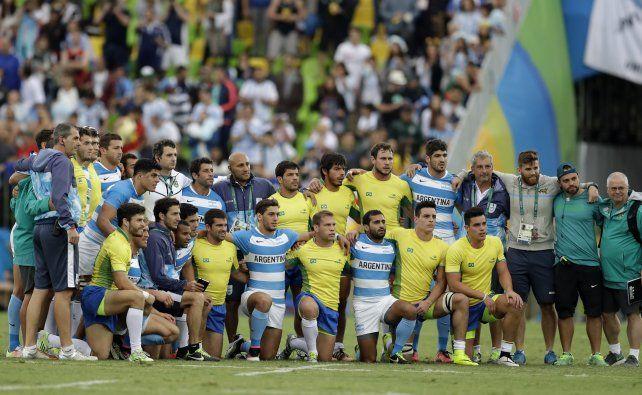 Los planteles de Argentina y Brasil posan para la foto tras el triunfo puma por 31 a 0.