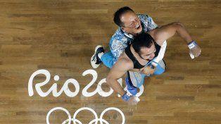 Rahimov y su entrenador desataron un desenfrenado festejo apenas se conoció el resultado final.