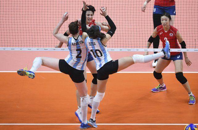 Sincronicidad. Las argentinas Tanya Acosta y Emilce Sosa parecen ensayar un baile en el voley.