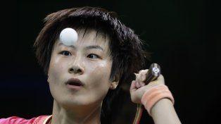 La china Ding Ning parece mantener la pelota en el aire en la competencia de tenis de mesa.