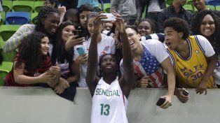 La basquetbolista senegalesa Oumou Toure se saca una selfie con el público.