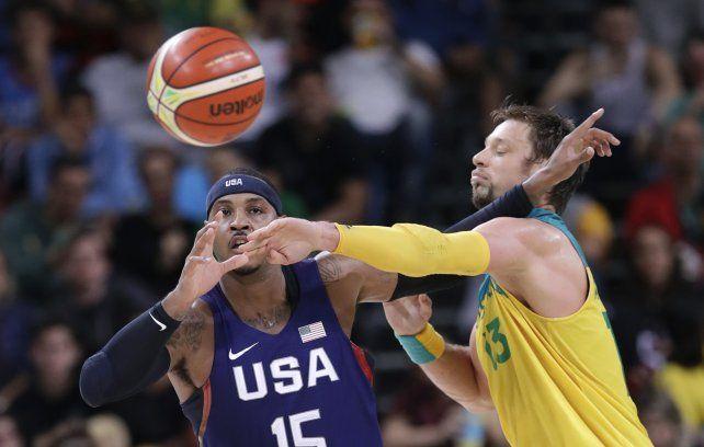 El recordman estadounidense Carmelo Anthony y el asutraliano David Andersen hacen magia con el balón.
