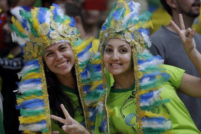 Torcedoras esperan el partido de voley entre Brasil y Japón.