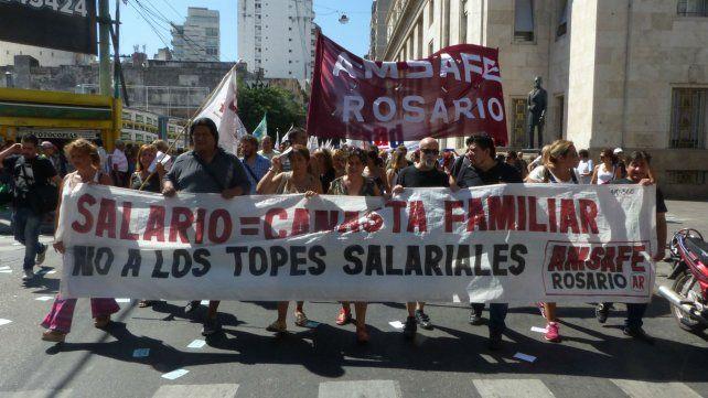 Los docentes de escuelas públicas marcharán junto a los trabajadores del Estado hacia la plaza San Martín.