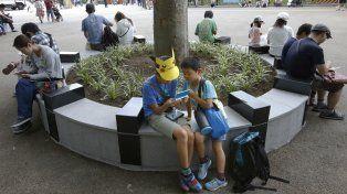 Dos chicos juegan Pokémon Go en un parque de Japón. El juego despierta polémicas en todo el mundo y se trasformó en un éxito a nivel comercial.