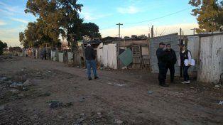 La policía en el lugar donde fue hallado el cadáver. Se trata de un hombre joven que tenía signos de violencia.
