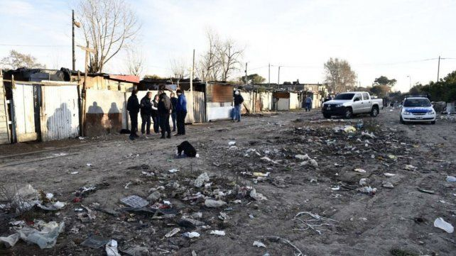 La policía trabaja en el lugar donde apareció el cadáver. La fiscal estuvo allí y ordenó detenciones.