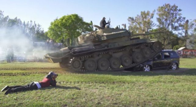 El tanque comienza su tarea de destrucción sobre el Fiat Dodge.