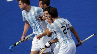 Gonzalo Peillat (centro) acaba de marcar para Argentina y lo festeja junto a sus compañeros.