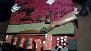 Parte del arsenal incautado por las fuerzas provinciales.