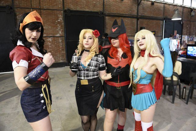 universo fascinante. Las fanáticas se animan a ponerse los trajes de sus personajes favoritos de los comic.