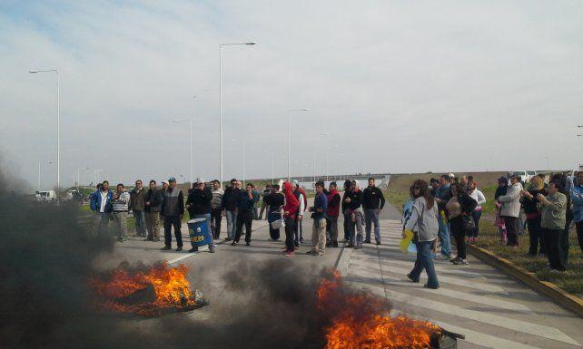 reclamo contundente. La población de Correa sostuvo un estricto corte en la autopista Rosario-Córdoba para exigir obras a Vialidad Nacional.