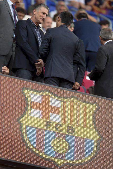 En el Camp Nou. Bauza charló con el presidente del Barça cuando vio a Leo.