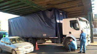 El camión no pudo continuar circulando. (Foto: @BeatrizPriotti)