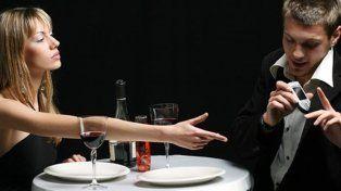 Una sexóloga rosarina afirmó que revisar el teléfono de la pareja es una invasión de la privacidad