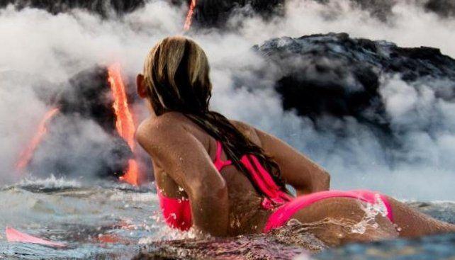 La nueva heroína del mar surfeó a escasos metros de un volcán en erupcion