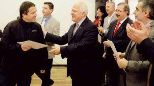 El gobernador Lifschitz saluda a uno de los trabajadores de Salud que pasó a planta permanente.