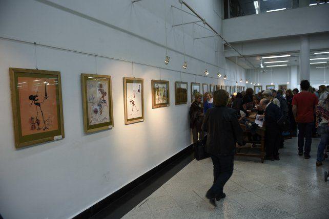 Por los pasillos. En los corredores del edificio del pasaje Alvarez se realizan exhibiciones artísticas.
